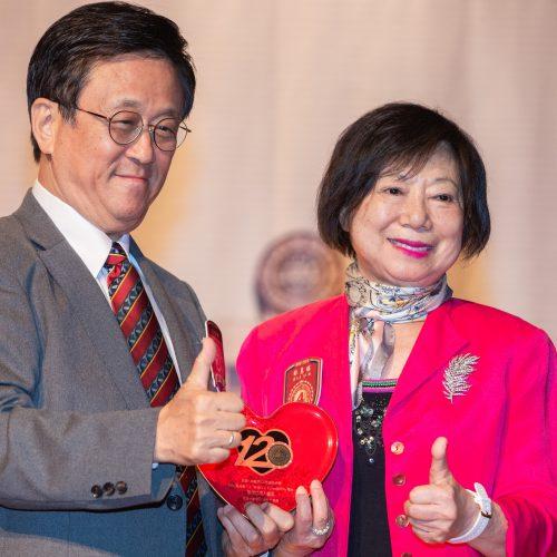 榮敬捐款人林蕙瑛學姐(57級)受獎