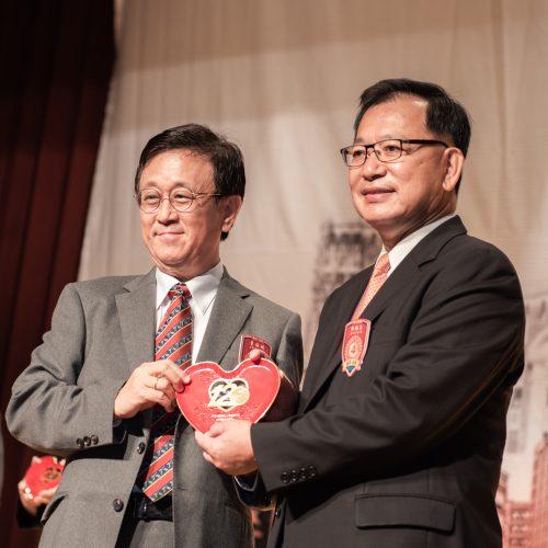 榮敬捐款人廖本湧學長(66級)受獎,由同班同學林鵬良學長代領